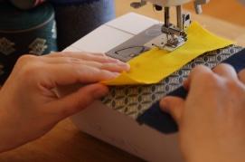 米袋と畳べりや布を縫いあわせます。